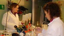 The amazing filtration team Sigrid and Emma (picture by Ingrid Wiedmann)